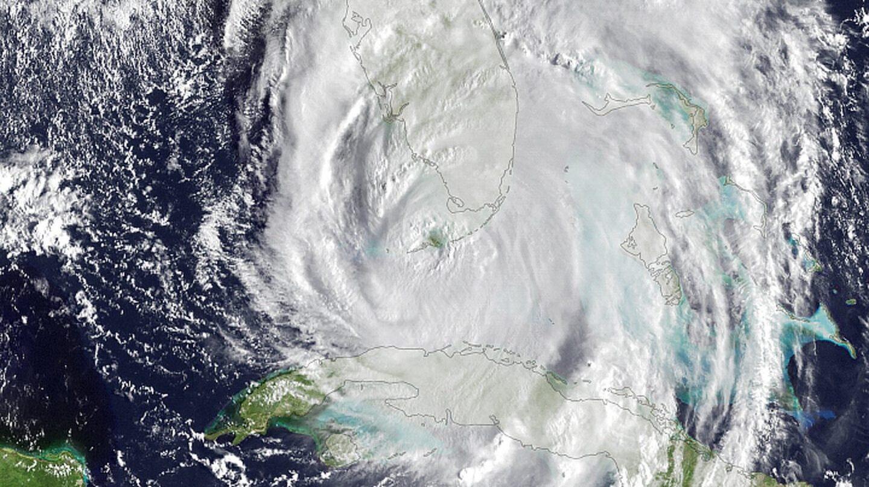 Irma sobre la península de Florida y su 'ojo' en los Cayos.