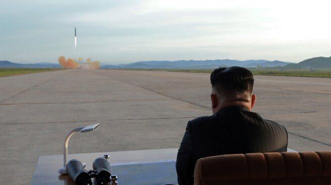 Kim Jong Un observa el lanzamiento de un cohete norcoreano.
