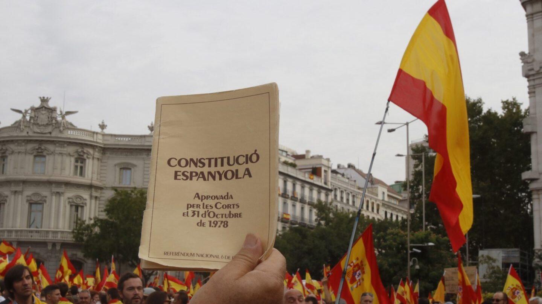 Simpatizantes de la Fundación para la Defensa de la Nación Española (DENAES), en la plaza de Cibeles durante la manifestación que protagonizaron hoy en Madrid contra el referéndum independentista del 1-O en Cataluña.