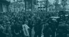 Manifestantes independentistas protestan en la sede de la CUP a las detenciones llevadas a cabo por la Guardia Civil.