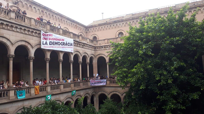 Ocupación de estudiantes de la Universidad de Barcelona en favor del referéndum.
