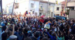 Cientos de manifestantes impiden el paso a la comitiva judicial a la empresa Unipost, en Terrasa.