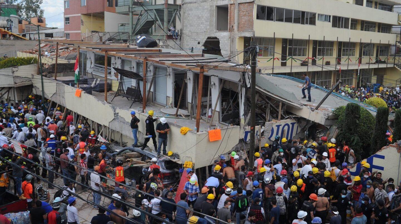 Rescatistas y voluntarios trabajan en las tareas de rescate en un colegio de Ciudad de México.
