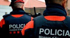 Dos agentes de los Mossos d'Esquadra, en pleno servicio.