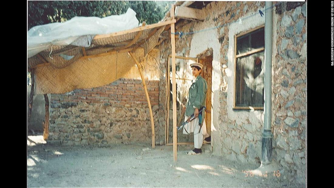 Un joven muyahidin hace guardia en Tora Bora