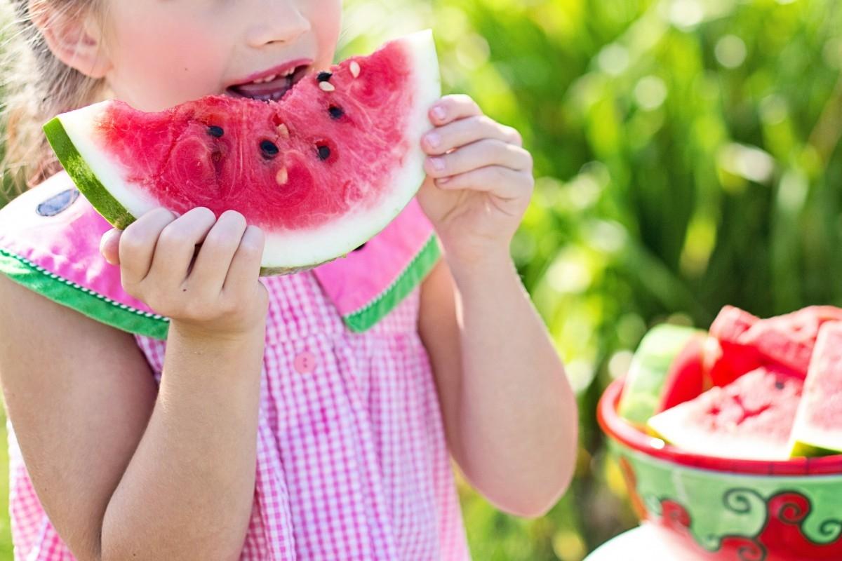 Los niños imitan a la familia, por lo que es vital que los padres prediquen con el ejemplo.