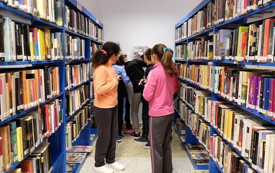 Niños en una biblioteca.