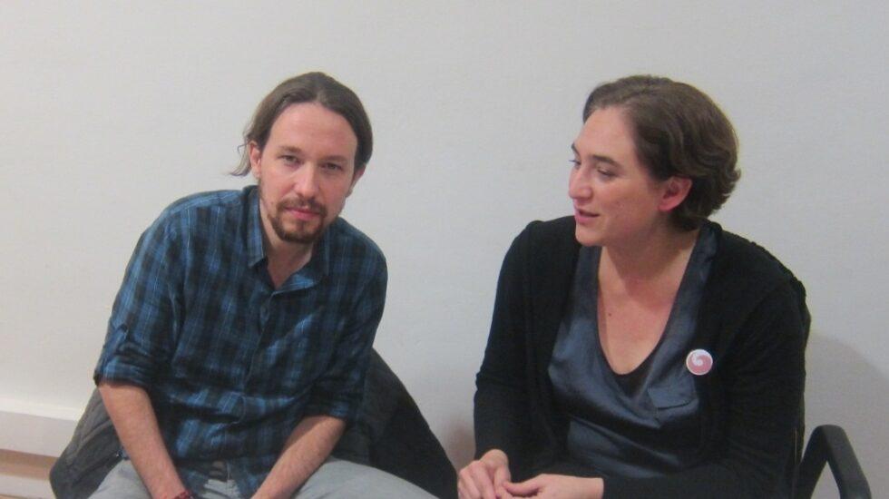El líder de Podemos, Pablo Iglesias, junto a la alcaldesa de Barcelona, Ada Colau.
