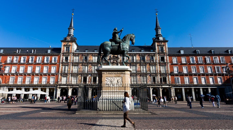 Fachada de la Casa de la Panadería y estatua ecuestre de Felipe III.