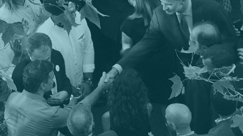 El líder del PSOE, Pedro Sánchez, da la mano al Rey Felipe en la manifestación por los atentados de Cataluña.