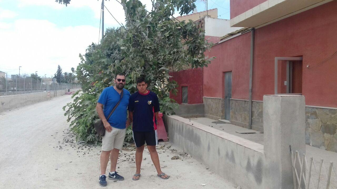 Antonio Hernández (izquierda), vecino que revocó una expropiación de Fomento, junto al hijo de María Martínez, a la que plantaron postes del AVE a centímetros de su muro.