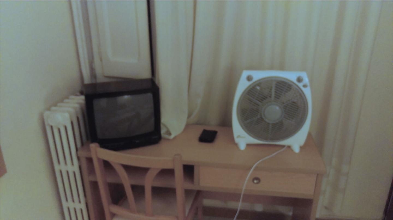 Un ventilador, en una de las habitaciones ocupadas por los agentes.