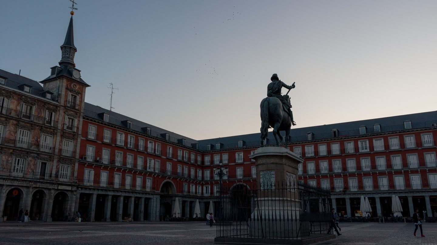Vista de la Plaza Mayor de Madrid al amanecer.
