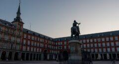 Vista de la Plaza Mayor de Madrid al amanecer.