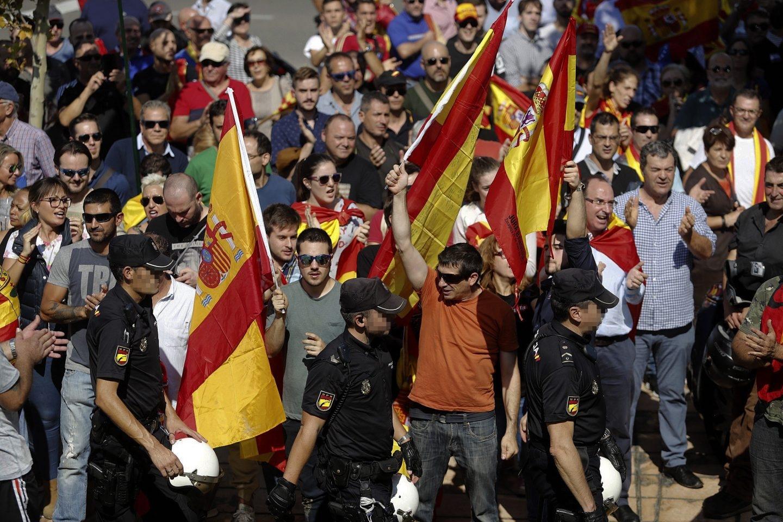 Un grupo con banderas españolas en la entrada al pabellón Siglo XXI de Zaragoza.