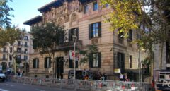 Un grupo de policías custodian la Delegación del Gobierno en Barcelona.
