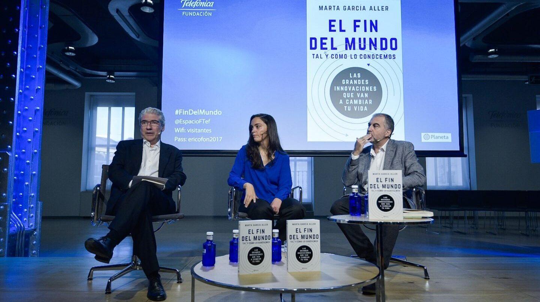 La autora Marta García Aller, junto al director de El Independiente, Casimiro García-Abadillo, y Carlos Alsina, presentador de Más de Uno.