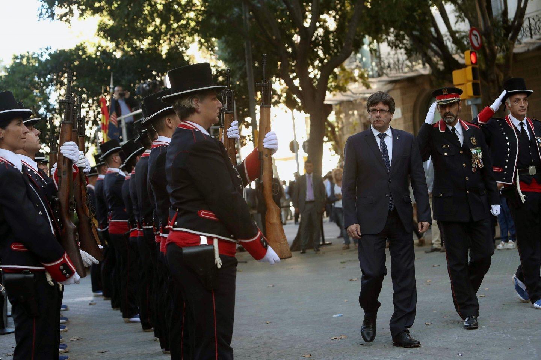 El presidente de la Generalitat, Carles Puigdemont, junto al mayor de los Mossos, Josep Lluís Trapero, durante la pasada Diada.