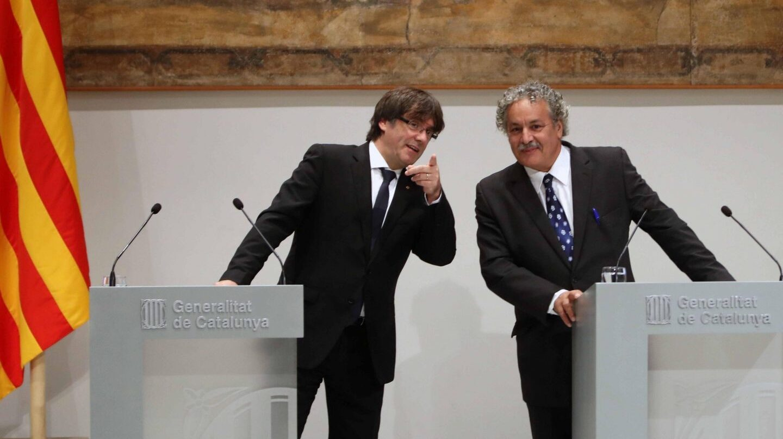El presidente de la Generalitat, Carles Puigdemont, y el Premio Nobel de la Paz 2015, Ahmed Galai en el Palau de la Generalitat.