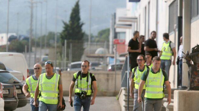 Agentes de la Guardia Civil salen tras el registro de las instalaciones de la imprenta de Constantí (Tarragona)