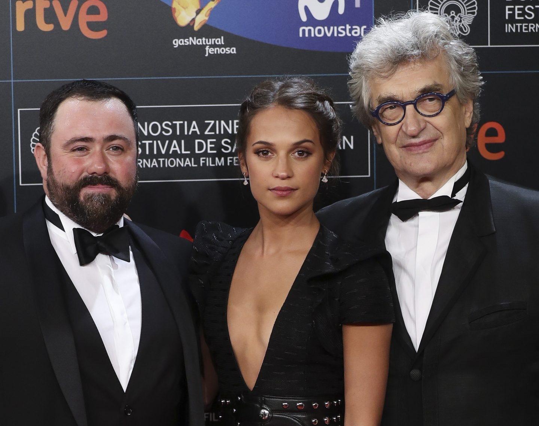 El actor británico Celyn Jones, la actriz sueca Alicia Vikander y el realizador alemán Wim Wenders, a su llegada esta noche a la gala inaugural de la 65 Edición del Festival Internacional de Cine de San Sebastián.
