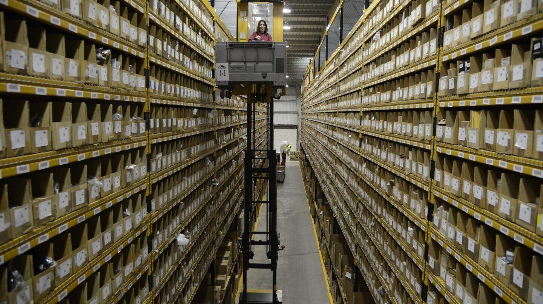 Una empleada de Saretek trabaja en el almacén de repuestos de la cooperativa en Etxebarri (Vizcaya).