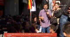 El periodista de TV3, saltando sobre el coche de la Guardia Civil durante una conexión en directo.