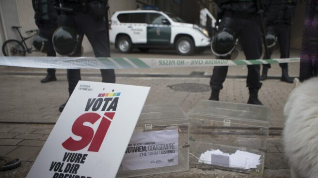 Agentes de la Guardia Civil en la imprenta Artyplan de Sant Feliu de Llobregat.