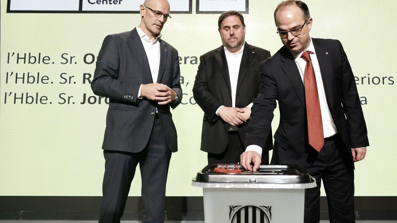 Raül Romeva, Oriol Junqueras y Jordi Turull, con la urna del referéndum.