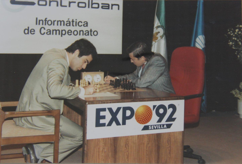 Kasparov y Karpov (sentado en una silla roja), en el desarrollo de una de las partidas.