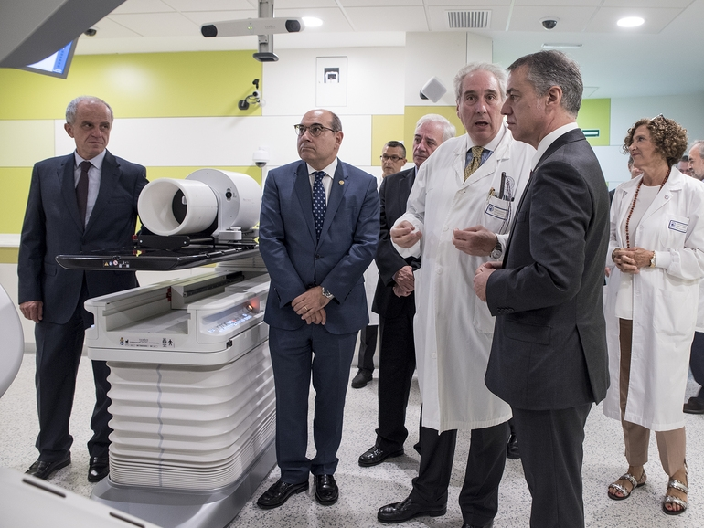 El lehendakari Iñigo Urkullu, junto al consjero de Salud, Jon Darpón, durante una visita a un hospital público vasco.