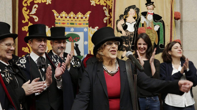 Carmena recibe a la Alegre Cofradía del Entierro de la Sardina, en marzo de 2017.