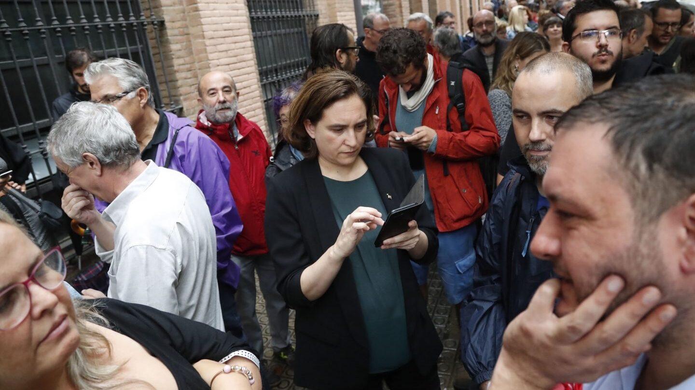 La alcaldesa de Barcelona, Ada Colau, en el centro cívico La Sedeta de Barcelona donde numerosas personas hacen cola para votar en el referéndum del 1-O.