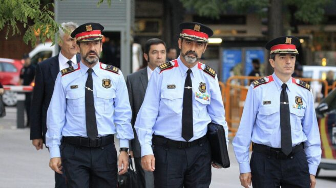 El mayor de los mossos, Josep Lluís Trapero (centro), a su llegada a la Audiencia Nacional el pasado 6 de octubre.