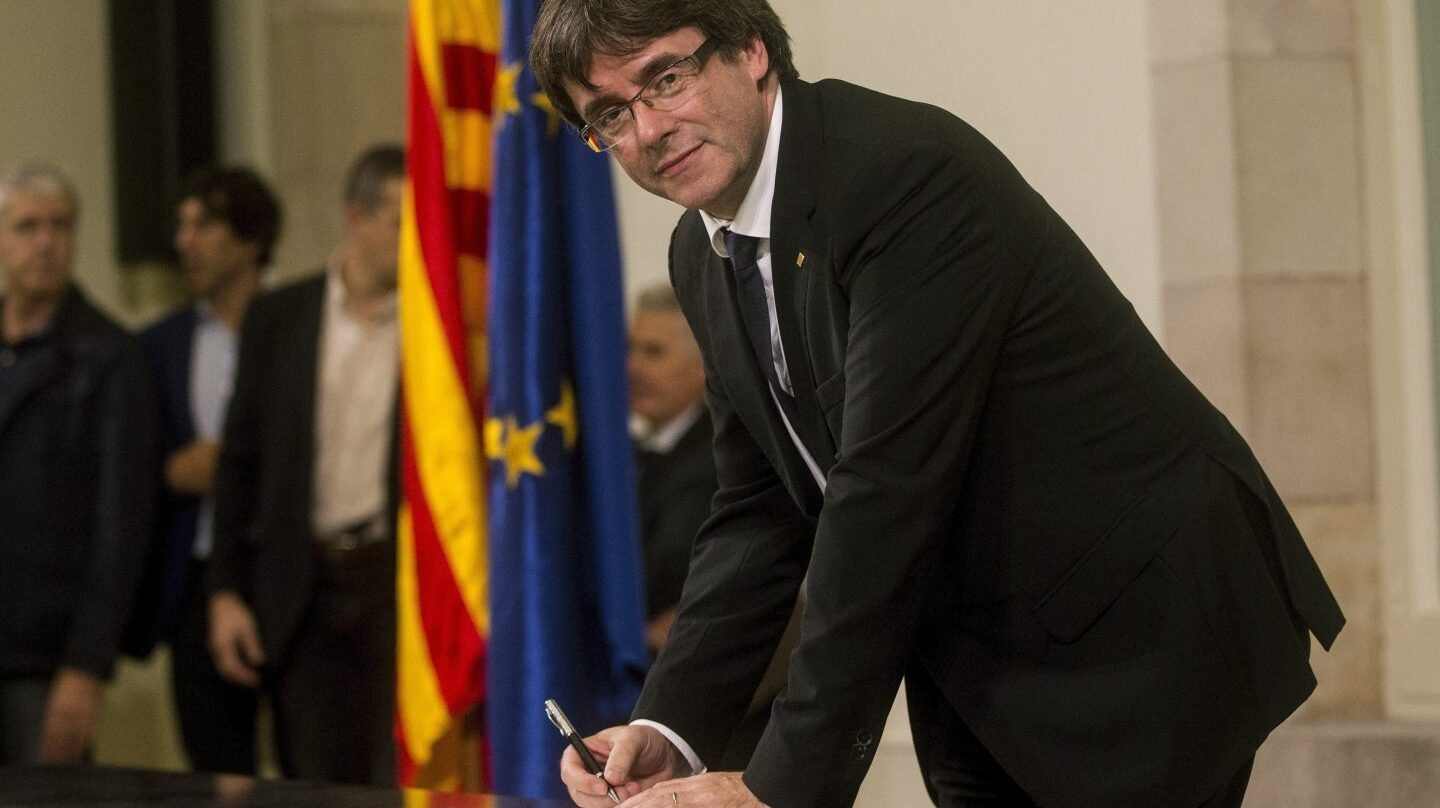 10-O: Puigdemont firma el documento de independencia.