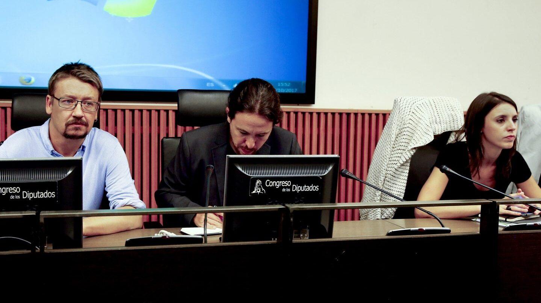 Xavi Domènech, Pablo Iglesias e Irene Montero durante la reunión de grupo de este miércoles.