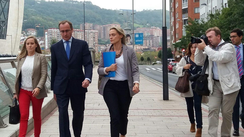 El presidente del PP vasco, Alfonso Alonso, junto a su secretaria general, Amaya Fernandez y la presidenta del PP en Vizcaya, Raquel Gonzálesz