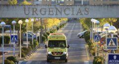 Una ambulancia abandona el servicio de urgencias de un centro médico.