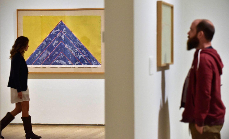 Dos visitantes observan algunos de los grabados expuestos en el Museo de Bellas Artes de Bilbao.