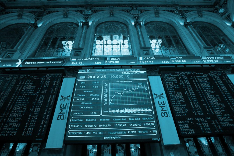Paneles de cotización en el interior de la Bolsa de Madrid.