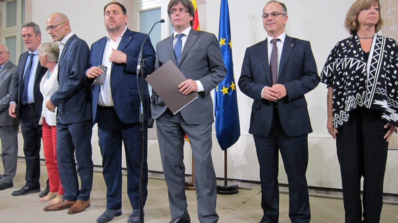 Puigdemont y el resto de miembros de su gobierno, cuando firmaron el decreto de convocatoria y organización del referéndum.