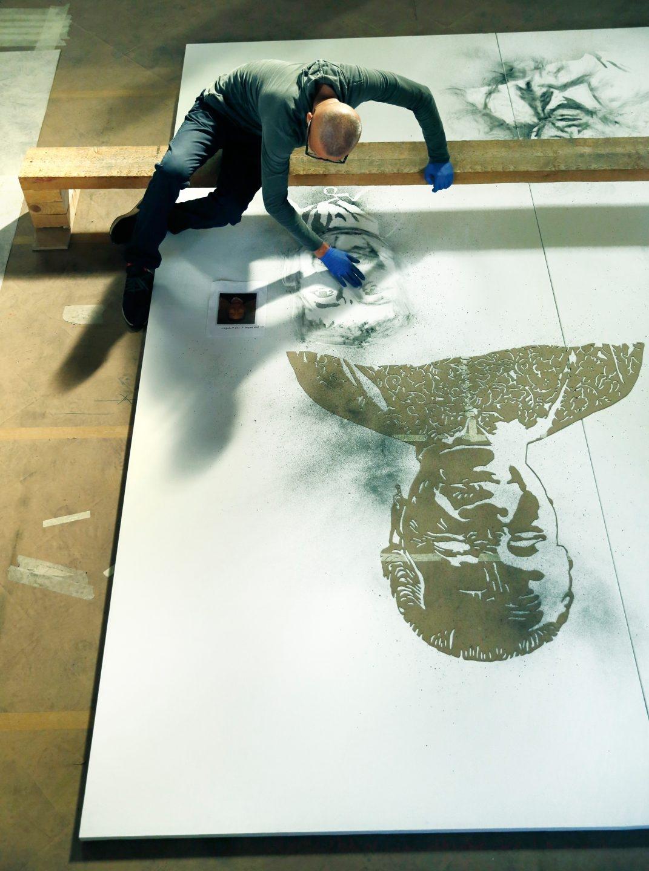 Cai Guo-Qiang durante el proceso creativo de la obra Las nubes distantes en el Salón de Reinos. M