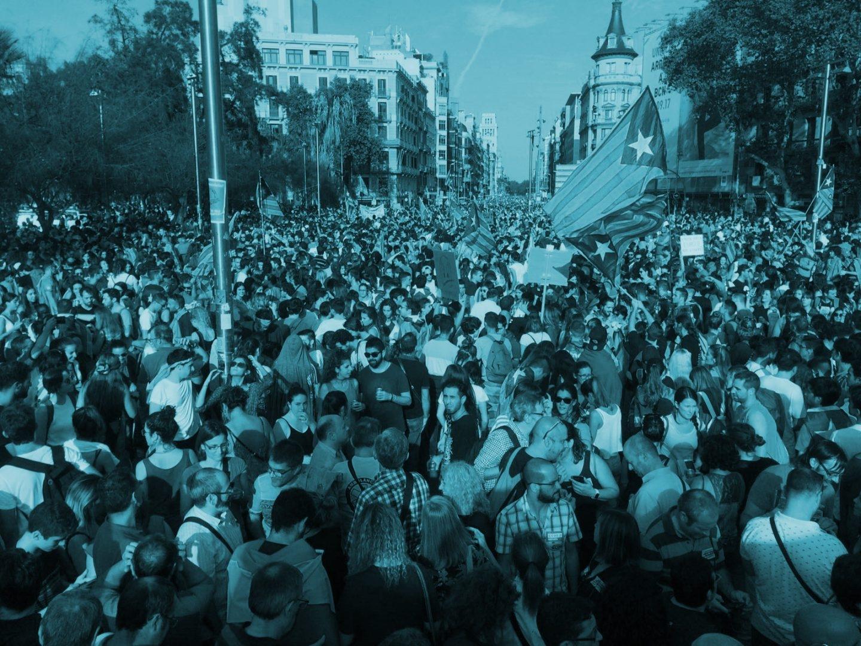 Banderas independentistas durante la huelga celebrada en Cataluña este martes.