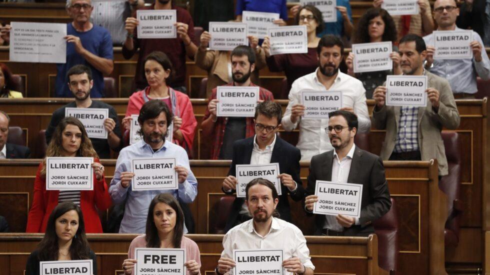 Carteles por la libertad de Sánchez y Cuixart en el Congreso.