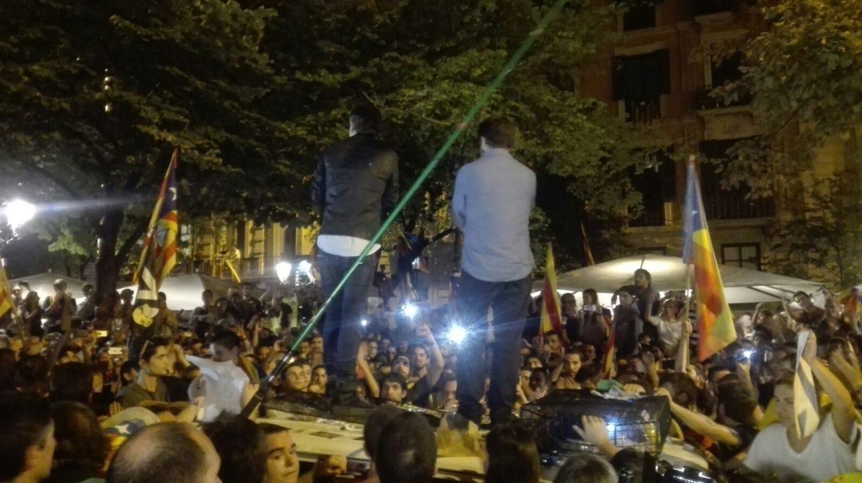 Cuixart y Sánchez, encima de un vehículo de la Guardia Civil durante las concentraciones ante la Consejería de Economía.
