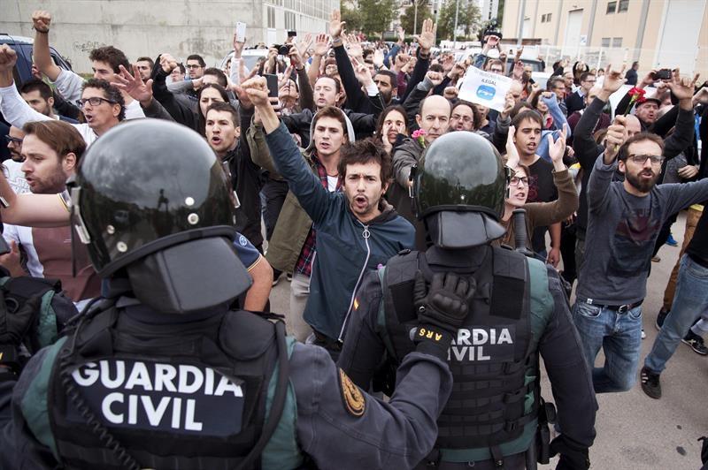 Guardias civiles, durante el 1-O en San Juliá de Ramís (Girona).