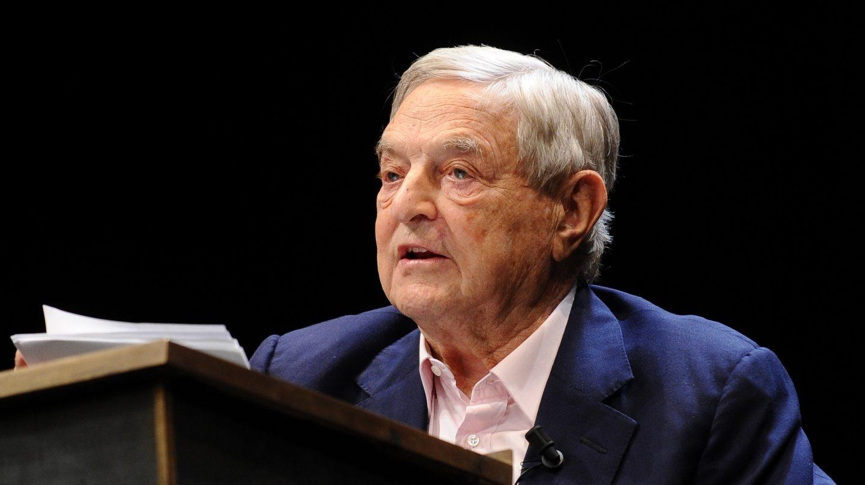 El filántropo George Soros habla durante un acto.