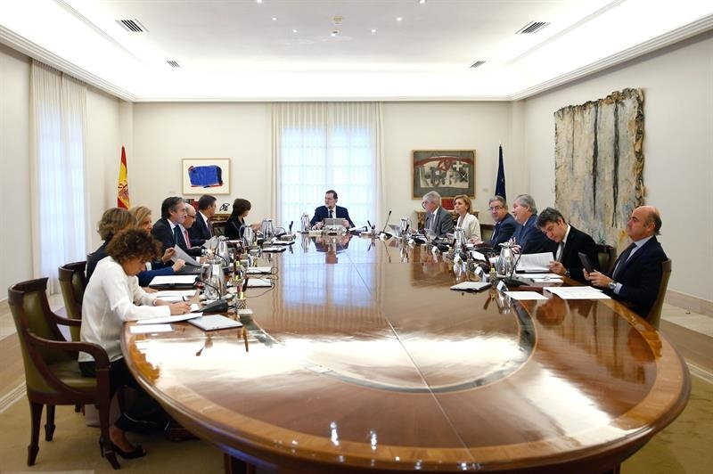Rajoy y sus ministros, durante la reunión extraordinaria celebrada este miércoles.