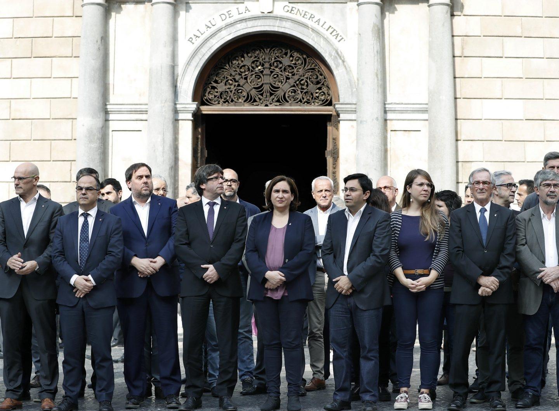 Puigdemont y Colau, en la concentración a las puertas de la Generalitat.