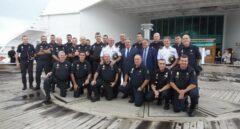 El ministro Zoido, durante la visita a los policías alojados en uno de los barcos en el puerto de Barcelona.